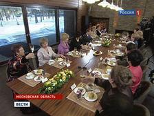 В загородной резиденции Дмитрия Медведева накрыт стол: чай, сладости, шампанское. Президент поздравляет женщин. Пятнадцать представительниц прекрасного пола, удостоенных государственными наградами