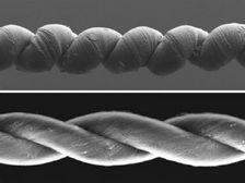 Учёные из США выяснили, что пряжа из переплетённых углеродных нанотрубок, пропитанных воском, может сокращаться (фото вверху), как обычная мышца (внизу - в расслабленном состоянии) ((иллюстрация Science/AAAS).)