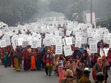 Разъяренные индийцы требуют казнить преступников, изнасиловавших студентку (фото EPA) height=168