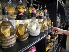 Женщину укусила змея, замаринованная в бутылке с алкоголем