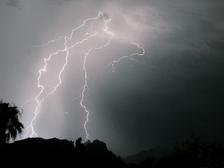Частые удары молний способны сломать высокогорные пики ((фото Omer Wazir/Flickr).)