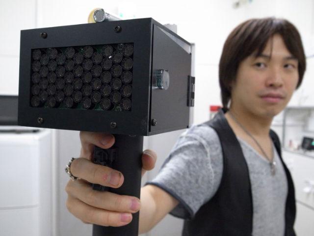 Сходства с пистолетом устройству добавляет кнопка, при нажатии на которую аппарат начинает работать.