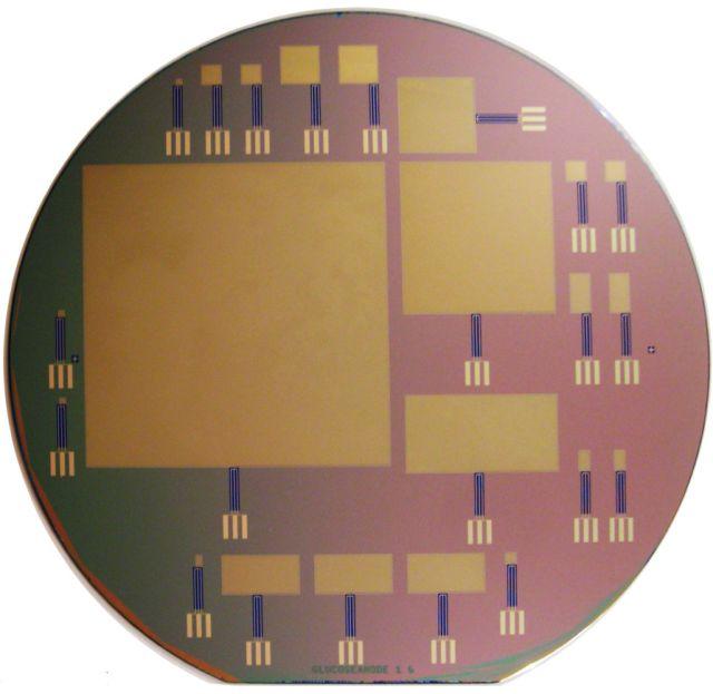 На кремниевой пластине чипа располагаются глюкозные топливные элементы разных размеров. Самый большой из них имеет сторону 64 миллиметра (фото Sarpeshkar Lab).