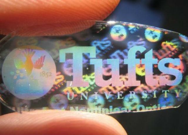 Другая разработка специалистов из университета Тафтса — одна из оптических шёлковых заготовок, на которой хорошо просматривается логотип университета (фото Tufts University).