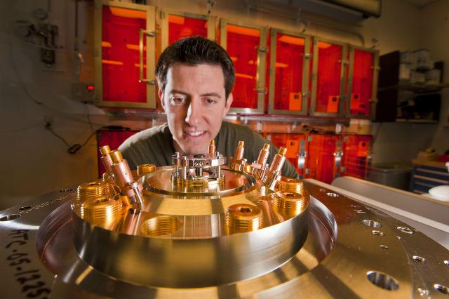 Исследователь лаборатории Сандия Райан Макбрайд (Ryan McBride) наблюдает за намагничиванием бериллиевых лайнеров в сильном поле (фото Randy Montoya).