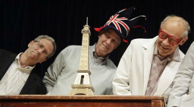 Нобелевские лауреаты в области экономики Эрик Маскин (2007 год), медицины Ричард Робертс (1993), химии Дадли Хершбах (1986) проверяют открытие голландских учёных на церемонии вручения Шнобелевской премии (фото Ig Nobel Prize).
