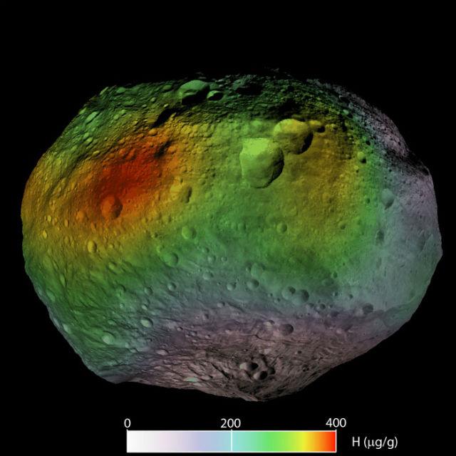В широком поясе вдоль экватора астероида Веста обнаружена высокая концентрация гидратированных минералов (иллюстрация NASA/JPL-Caltech/UCLA/PSI/MPS/DLR/IDA).