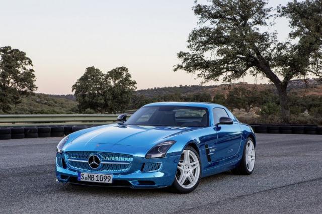 Самый быстрый электрический суперкар, выпущенный в более-менее массовое производство, не слишком отличается по цене от переделки британцев (фото Mercedes-Benz),