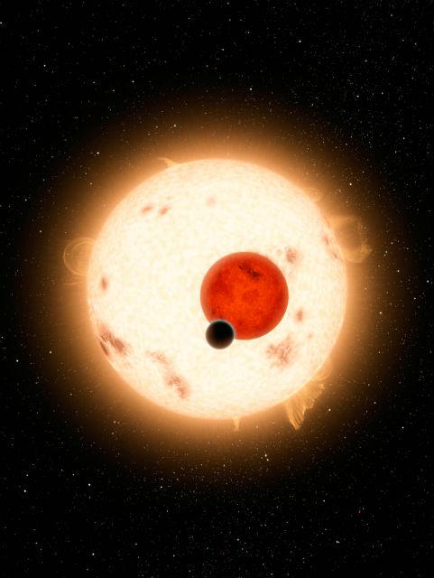 Выравнивание планет в одну линию – явление нечастое. Тем интереснее было поймать его в чужой планетной системе (иллюстрация Jeff Coughlin/NMSU).