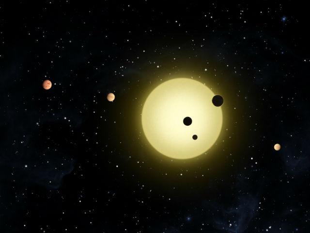 """Звезда Кеплер-11 окружена шестью экзопланетами. Однако шанс увидеть """"перекрывающийся тройной транзит"""" этого светила ничтожен (иллюстрация NASA/Tim Pyle)."""