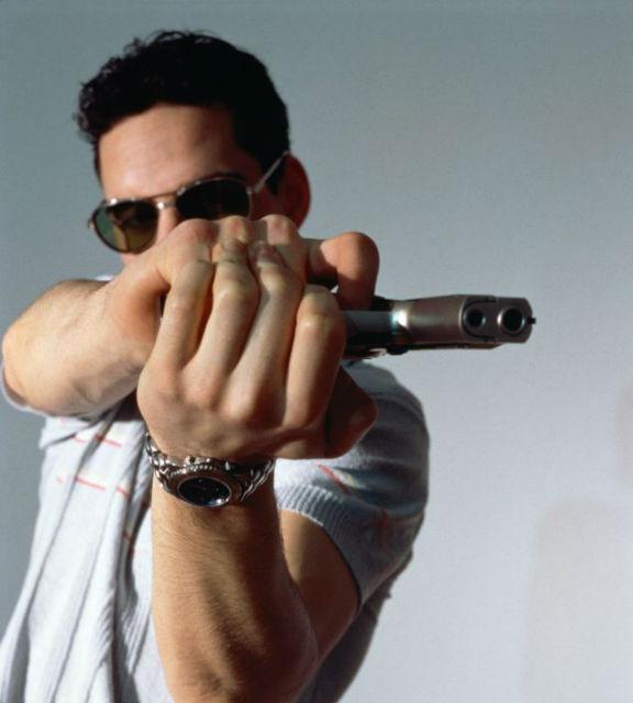 Прежде чем выпустить в свою жертву обойму патронов киношные гангстеры поворачивают оружие рукояткой в сторону и практически не целятся (фото с сайта dailymail.co.uk).