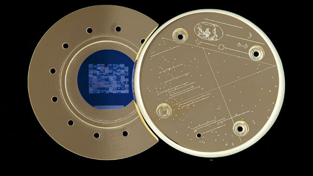 Позолоченный диск из кремния, содержащий сто изображений, может вращаться по орбите до последних дней нашей планеты (фото Creative Time, The Last Pictures).