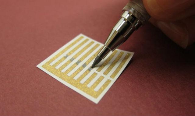 Карандаш с грифелем из углеродных нанотрубок рисует сенсор-газоанализатор на листе бумаги с золотыми электродами (фото Jan Schnorr).