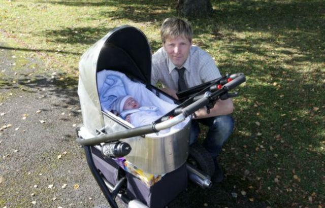"""""""Вы, наверняка, слышали жалобы родителей на то, что им приходится наматывать километры по округе, чтобы укачать и усыпить их новоявленных малышей. Поэтому я решил, что так будет веселее"""", — рассказывает Колин (фото Geoff Robinson/сайт dailymail.co.uk)."""