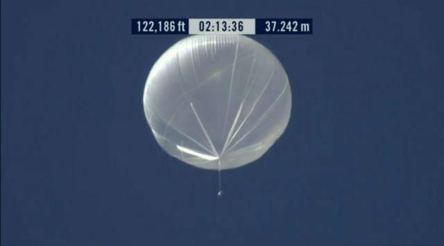 На высоте 39000 метров гелий в шаре так расширился, что воздушный шар Феликса стал самым большим в истории аэроплавания (кадр из видео Red Bull Stratos).