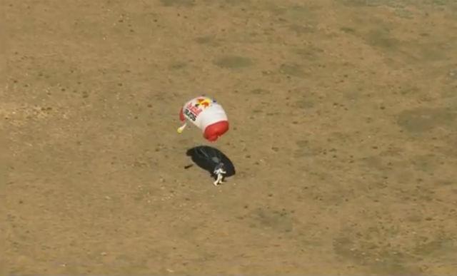 Баумгартнер должен был раскрыть парашют после 6 минут падения, однако от первоначального плана пришлось отказаться, вероятно, из-за слишком высокой скорости падения (кадр из видео Red Bull Stratos).