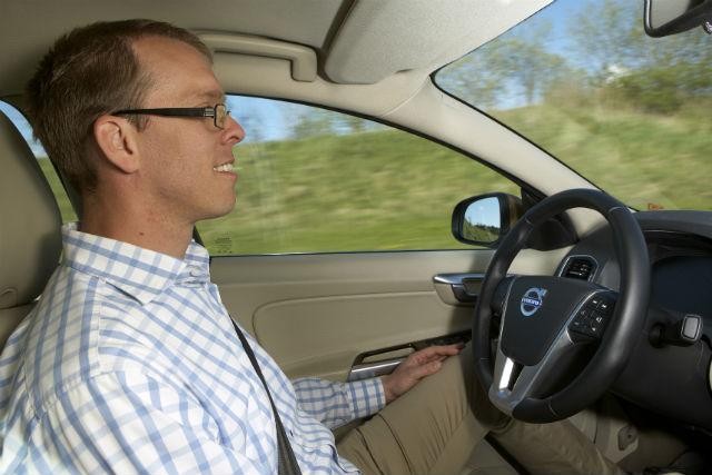 Андреас Экенберг (Andreas Ekenberg), один из разработчиков беспилотной системы управления, за рулём самодвижущегося автомобиля (фото Volvo).