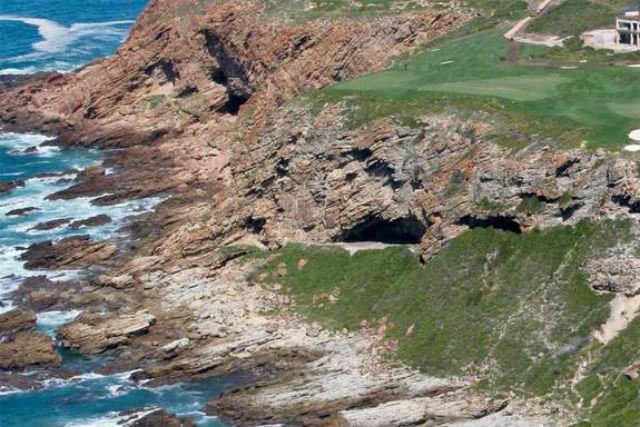 Пещеры Пиннакл-Пойнт, которые некогда населял доисторический человек, располагаются на юге Африканского континента рядом с заливом Моссел (иллюстрация Curtis W. Marean).