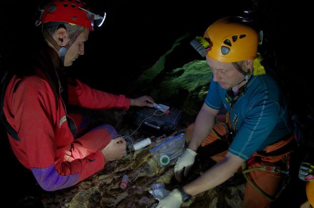 Участники тренировочного проекта CAVE помещают ловушки на берегу подземного озера (фото ESA/V.Crobu).