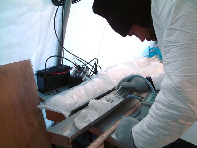 Профессор Кристиан Фритсен (Christian Fritsen) исследует лёд из скважины в поисках биологически активных систем с хлорофиллом (фото Alison Murray).