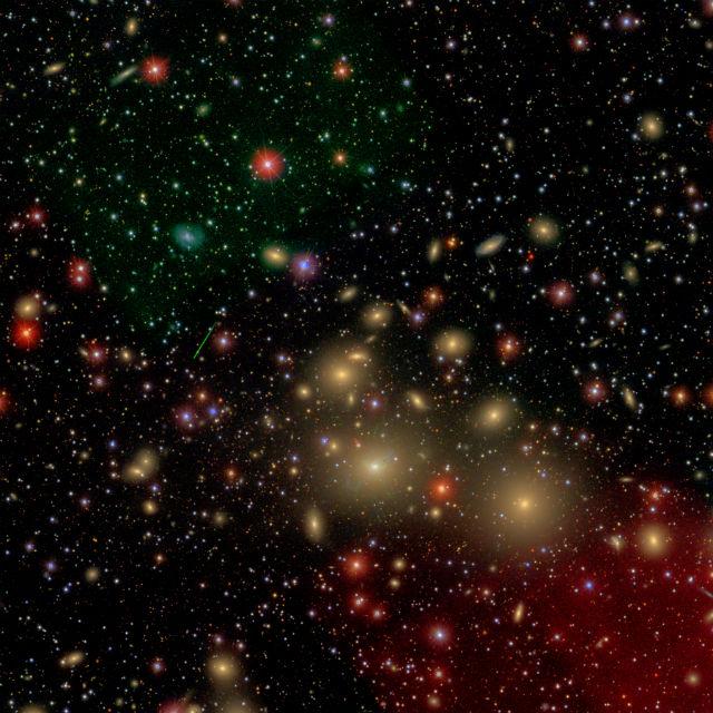 Изображение галактического кластера Персея. Галактика NGC 1277 (в центре) уступает в размерах другим звёздным образованиям в скоплении (все жёлтые галактики на снимке) (иллюстрация David W. Hogg/Michael Blanton/SDSS Collaboration).