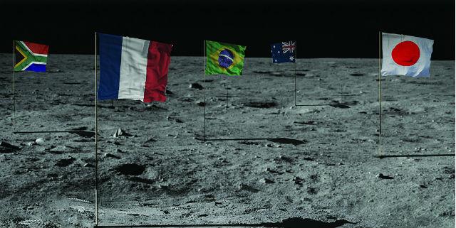 По мнению руководства компании, многие страны захотят установить на Луне свой флаг (иллюстрация Golden Spike).