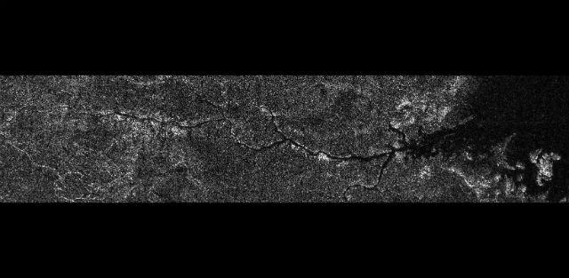 """В процессе обработки последних данных, которые были получены космическим аппаратом """"Кассини"""", учёные обнаружили на Титане, миниатюрный аналог реки Нил, протяжённостью более чем 400 километров (фото NASA/JPL-Caltech/ASI)."""