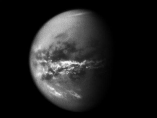 Атмосфера Титана состоит преимущественно из азота с примесью метана и этана, которые образуют облака, являющиеся источником жидких и, вероятно, твёрдых осадков (фото NASA/JPL/SSI).