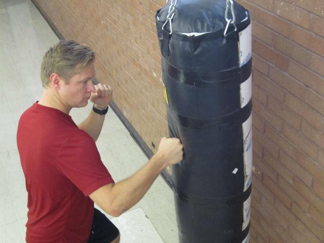 Новое исследование показало, что развитие человеческой руки привело не только к совершенствованию навыков манипулирования предметами (ловкости рук), но и к уникальной способности наносить точные удары кулаком. На снимке с боксёрской грушей работает один из авторов исследования Майкл Морган (фото Lee J. Siegel, University of Utah).