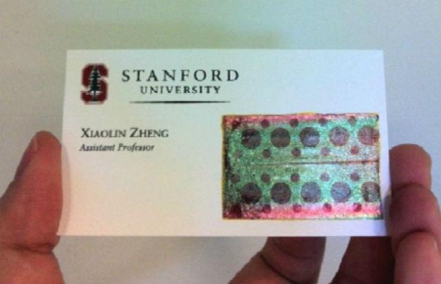 Визитная карточка руководителя исследований Сяолинь Чжэн с наклеенной на неё гибкой солнечной батареей (иллюстрация Chi Hwan Lee, Stanford School of Engineering).