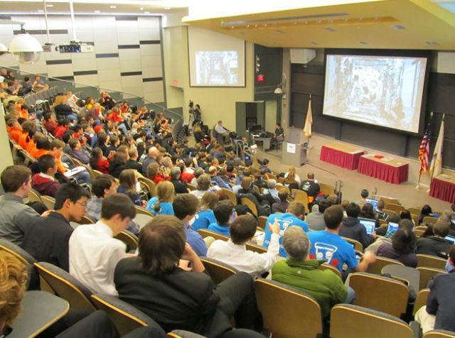 Студенты собрались в одной из аудитории MIT, чтобы вживую наблюдать за борьбой своих аппаратов на борту МКС