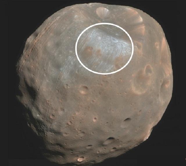 Областью высадки космического десанта называют кратер Стикни – самый большой на Фобосе (иллюстрация Marco Pavone).