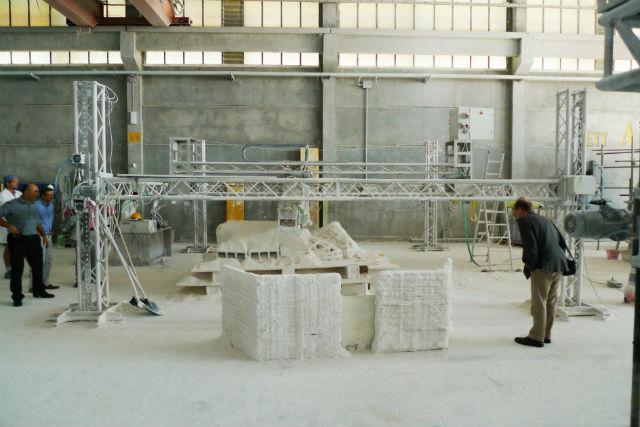 Шестиметровый 3D-принтер компании Monolite, который использовался в исследовании. Устройство использует сыпучие материалы, похожие на песок, для создания различных конструкций (фото Monolite).