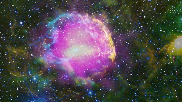 Изображение остатков сверхновой SN 1006. Жёлтым цветом отображен видимый спектр излучения в области взрывной волны. Зелёным квадратом выделена область, изученная группой Николич (иллюстрация NASA/CXC/Rutgers, NRAO/AUI/NSF/GBT/VLA/, Middlebury College/F. Winkler, NOAO/AURA/NSF/CTIO Schmidt & DSS).
