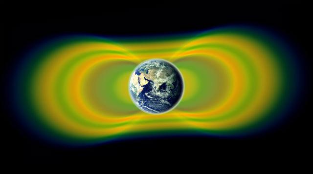Два гигантских радиационных пояса Земли были открыты в 1958 году. В 2012 был найден непостоянный третий. Жёлтым цветом здесь показаны проникшие в магнитосферу высокоэнергичные заряженные частицы, зелёным — пространство между ними (иллюстрация NASA/Van Allen Probes/Goddard Space Flight Center).
