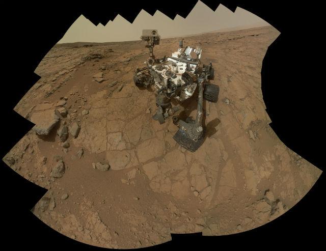 """Автопортрет марсохода """"Кьюриосити"""", собранный из снимков, сделанных инструментом MAHLI в феврале 2013 года на месте, где было проведено первое бурение грунта (фото NASA/JPL-Caltech/MSSS)."""