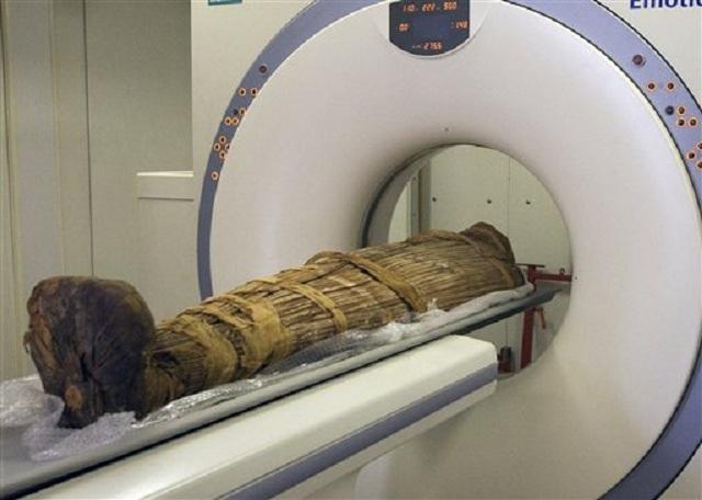 К исследованию готовят египетскую мумию 18 династии Нового царства, датируемую 1550-1295 годами (фото Michael Miyamoto MD).