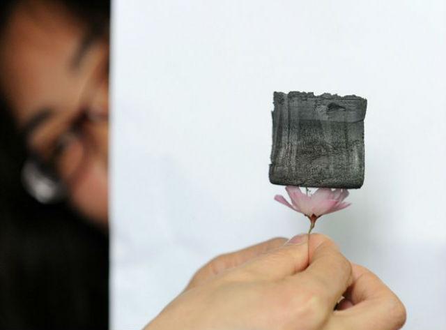 Несмотря на кажущуюся хрупкость, материал возвращает форму после сжатия (фото Xinhua News Agency).