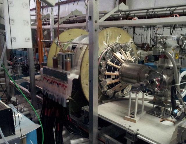 Камера для испытаний термоядерного ракетного двигателя в лаборатории университета Редмонда (фото University of Washington, University of Redmond, MSNW).