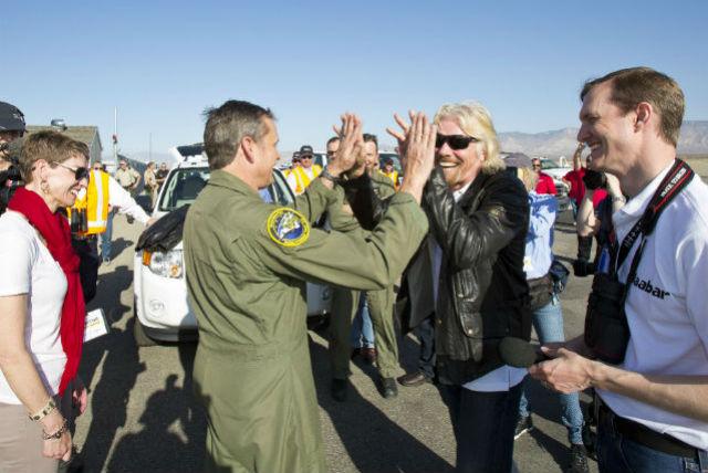 2)Сэр Ричард Брэнсон и пилот SpaceShipTwo Марк Стаки радуются мягкой посадке (фото Mark Greenberg/Virgin Glactic).