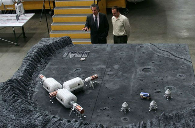Роберт Бигелоу рассматривает модель лунной базы (фото Bigelow Aerospace).