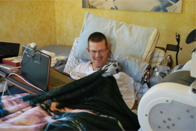 Пациенту с параличом всех конечностей удалось движениями головы заставить искусственную конечность накрыть его одеялом (фото Georgia Tech).