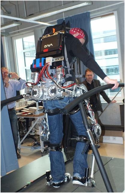 Первая демонстрация экзоскелета MindWalker в октябре 2012 года (фото MindWalker Project).