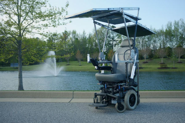 """Прототип """"солнечного"""" инвалидного кресла выглядит роскошно (фото Dennis L. Waldron III, University of Virginia)."""