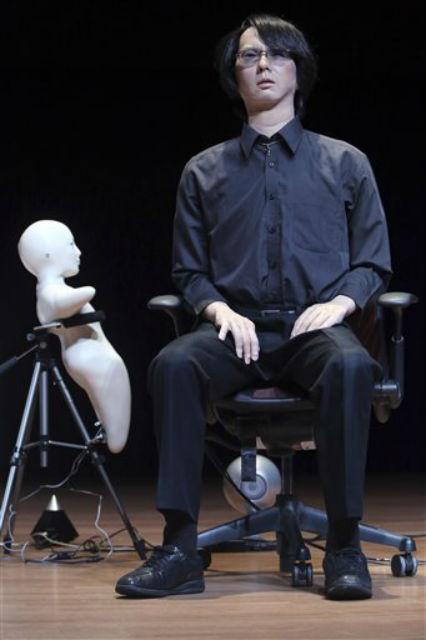 Это не сам инженер-робототехник Хироси Исигуро, а его робот-двойник (фото Mary Altaffer).