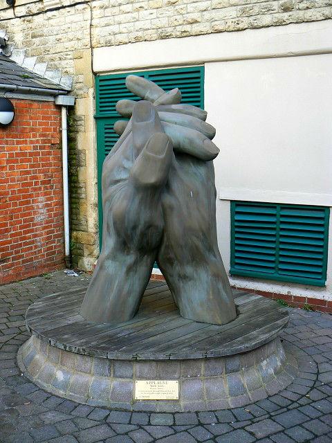Аплодисменты — уникальное социальное явление. Скульптор Марк Амис (Mark Amis) даже установил ему памятник в Центре искусства Суиндона (фото Brian Robert Marshall).