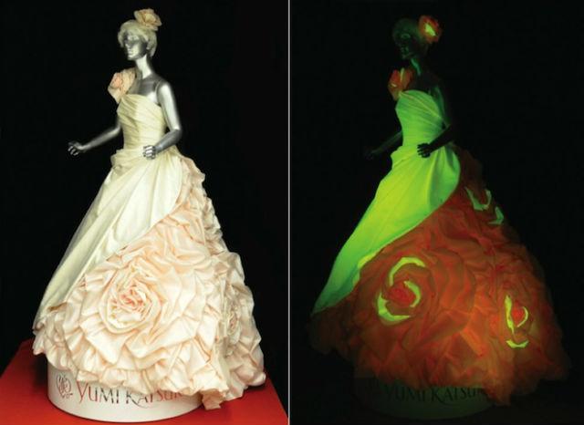 Свадебное платье, созданное дизайнером Юми Кацура, по виду отличается в видимом свете и в темноте (фото Iizuka et al., Advanced Functional Materials).