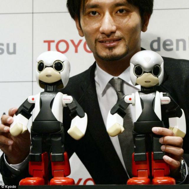 У Киробо есть брат-близнец Мирата, который останется на Земле и будет помогать учёным в совершенствовании технологии. На фотографии оба робота вместе с Томотакой Такахаси (Tomotaka Takahashi), инженером-робототехником из университета Токио (фото Kyodo).