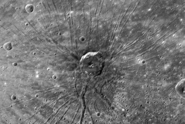 Кратер Паук на поверхности Меркурия (фото MESSENGER, NASA, JHU APL, CIW).