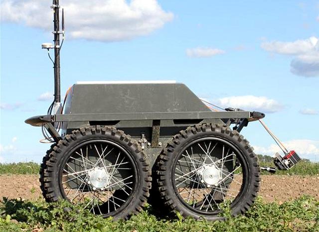 После разведки к сорнякам выдвигается наземный робот с ядохимикатами (фото ASETA/Aalborg Universitet).